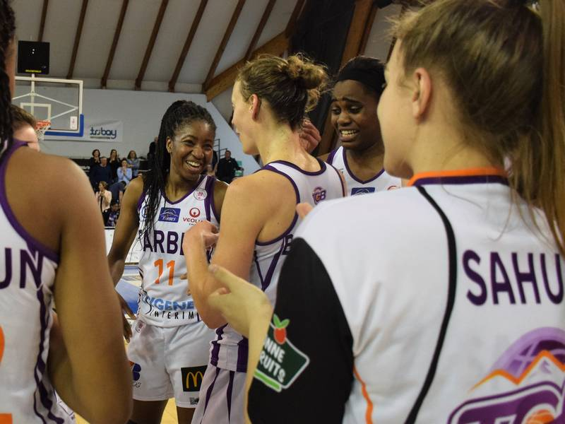 Joie des joueuses du TGB après la victoire sur Villeneuve d'Ascq en Basket