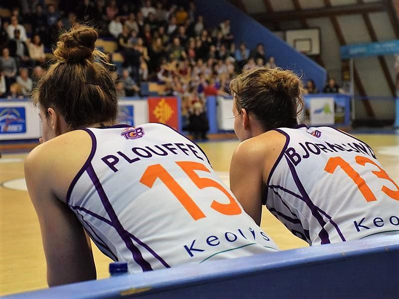 Michelle Plouffe et Angie Plouffe sur le banc de touche du TGB